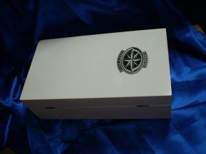 Krabica drevo, biely lak, plastické logo